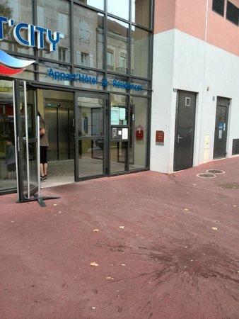 Appart'City Chalon sur Saone: Entrée de l'hôtel