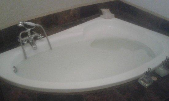 Aquanzi Lodge: the bath....