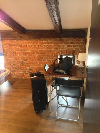 Pink Panther's Hostel: Desk area of 2-bed room