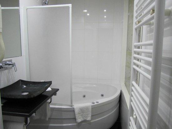 Hotel Kleber Champs-Elysees Tour Eiffel Paris: ジャグジー付きバスルーム