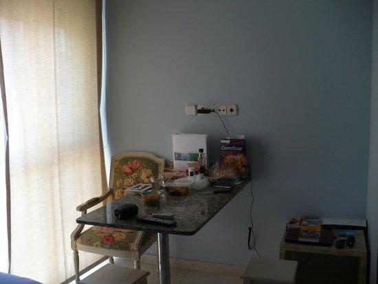 Alexandra Aparthotel: обеденный стол