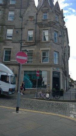 Motel One Edinburgh-Royal: Outside the hotel