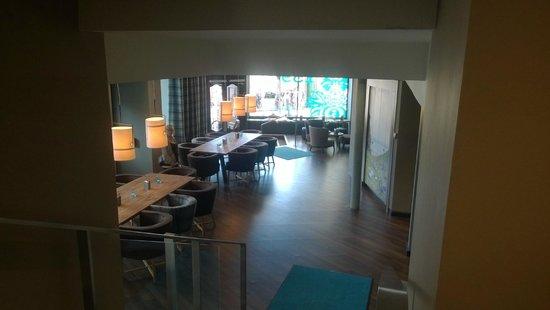 Motel One Edinburgh-Royal: Down to breakfast/bar area