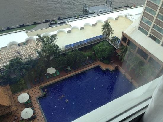Ramada Plaza Bangkok Menam Riverside: piscina