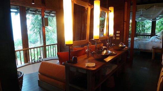 Six Senses Yao Noi : Bathroom looking into the bedroom.