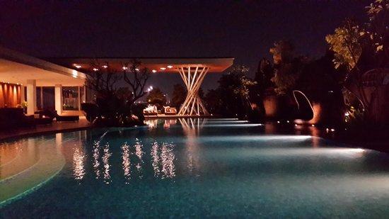 Hilton Bandung: swimming pool @nite