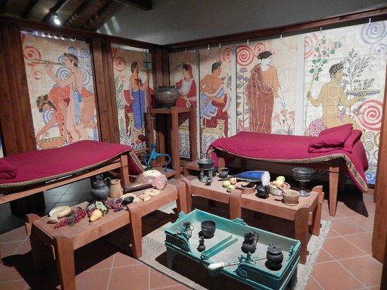 Museo Civico Archeologico delle Acque : Ricostruzione della sala del banchetto etrusco, con i triclini