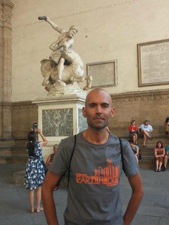 Piazza della Signoria: Dentro galeria al aire libre, frente a los Uficci.