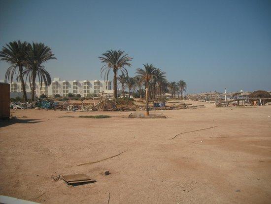 Aqua Hotel Resort & Spa: Beach is a disgrace - run down