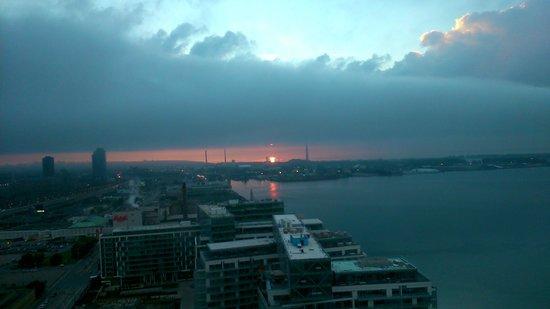 The Westin Harbour Castle, Toronto : sunrise over Lake Ontario