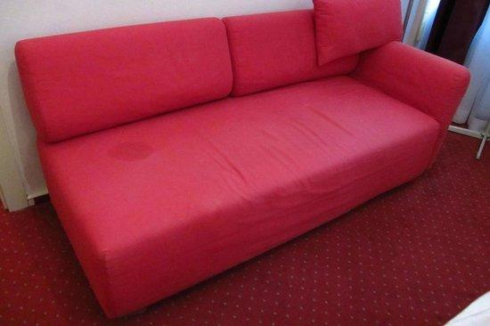Arthotel ANA Westbahn: Flecken Sofa