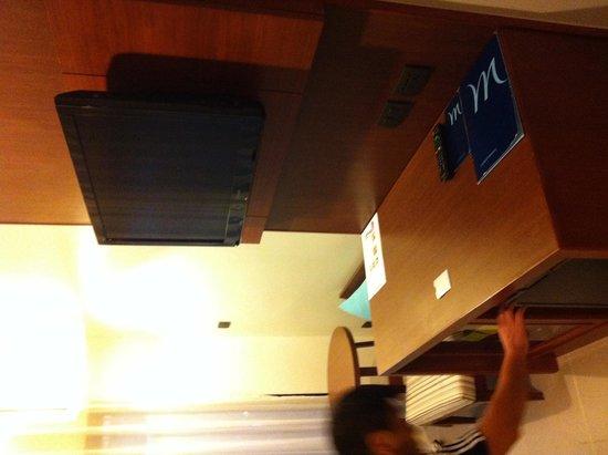 Deevana Plaza Krabi Aonang: TV and Desk