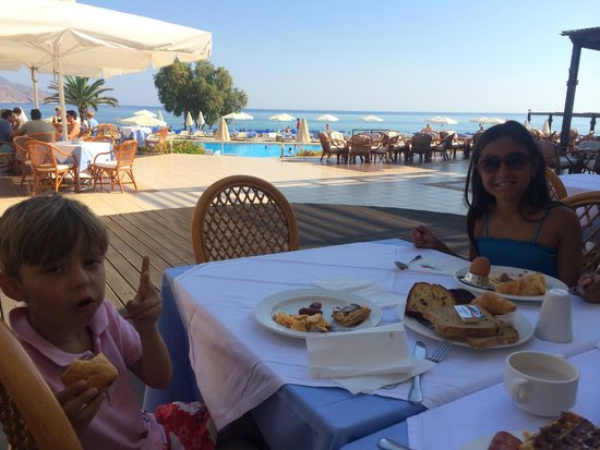 Pilot Beach Resort : Kids having Breakfast on the Beach side