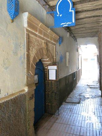 O'Bleu Mogador: Restaurant entrance - ring the bell to be received