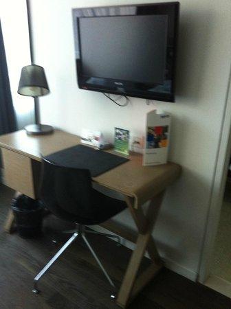 Park Inn by Radisson Antwerpen: TV and desk