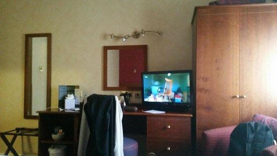 BEST WESTERN Westminster Hotel: TV and desk
