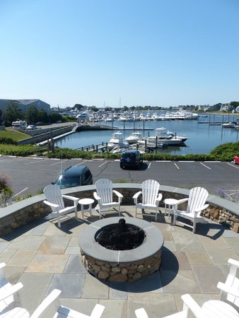 Anchor In Hotel: Firepit area and view over harbour