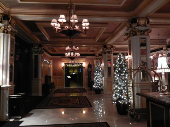 Lenox Hotel: Foyer, entrance to restaurant.