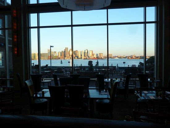Hyatt Regency Boston Harbor : Restaurant, terrace and view at Hyatt Boston Harbor