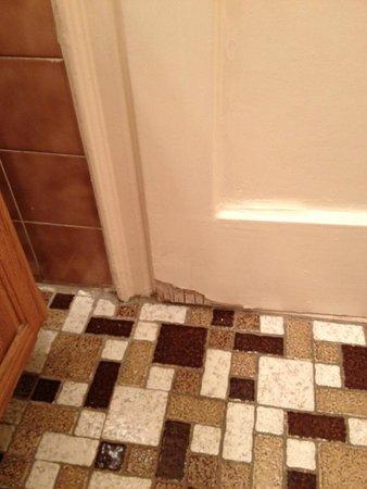 Salisbury Hotel : la porte de la salle de bain très abimée