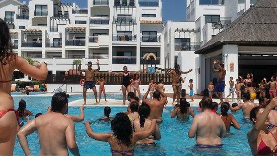 Hotel Fuerte Estepona: animación en piscina