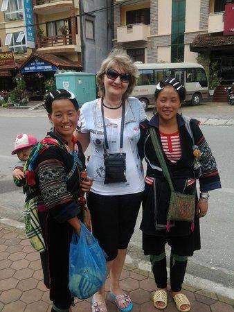 Violet Hotel: Экскурсия в город Сапа, местные жительницы.