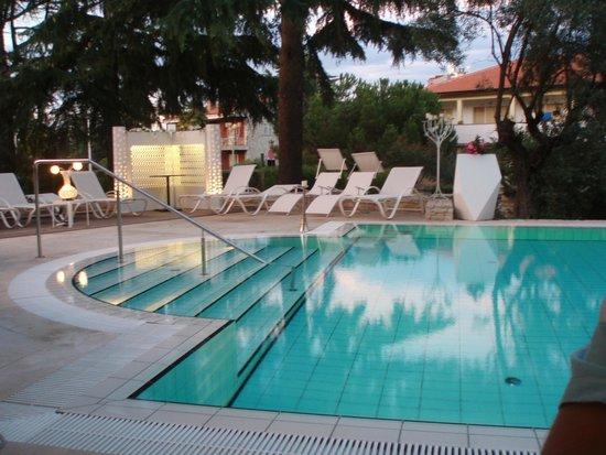 Hotel Arupinum: Evening poolside