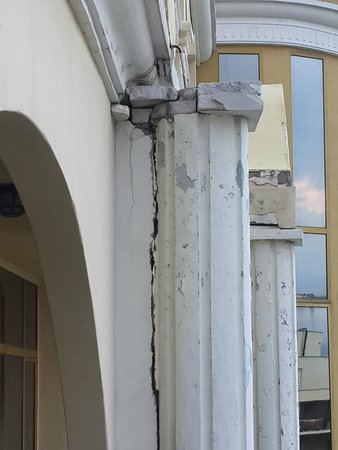 Victoria Palace Hotel & Spa : העמודים מהמרפסת מתפוררים גם מלא סדקים