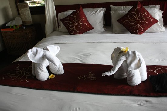 Nandini Bali Jungle Resort & Spa: Towel folding ^^ I loved those two !