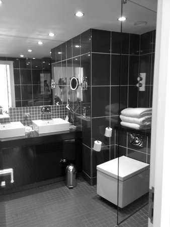 Crowne Plaza Manchester City Centre: Twin sinks and floating toilet