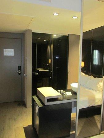 AC Hotel Sants: Sulla destra c'è lo specchio dove si può vedere riflesso una parte del letto