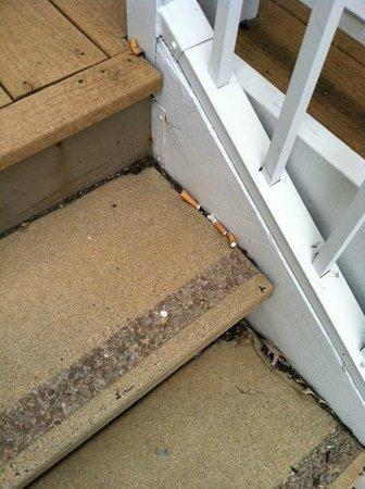 Residence Inn Nashville Airport: Cigarette Butts everywhere