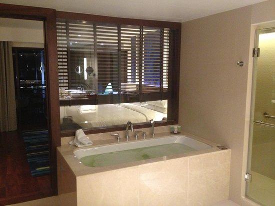 Outrigger Laguna Phuket Beach Resort: Bath tab