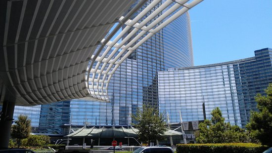 Vdara Hotel & Spa : Looking out to the aria from valet