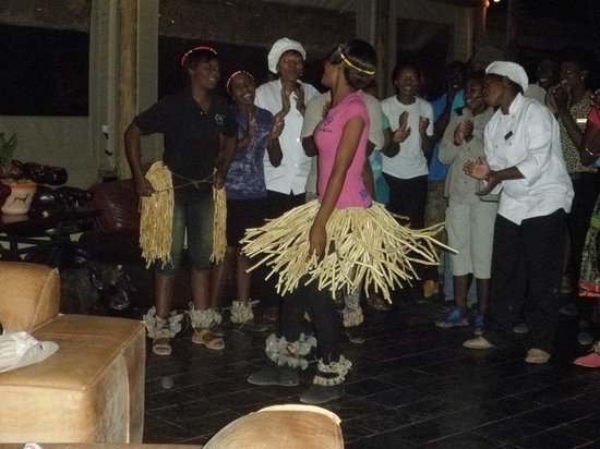 Muchenje Safari Lodge : The staff at Muchenje entertaining us before dinner