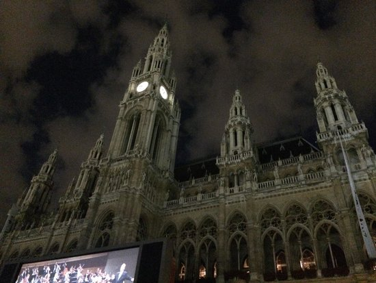 Rathaus: Awesome music+awesome food+awesome scenery ����