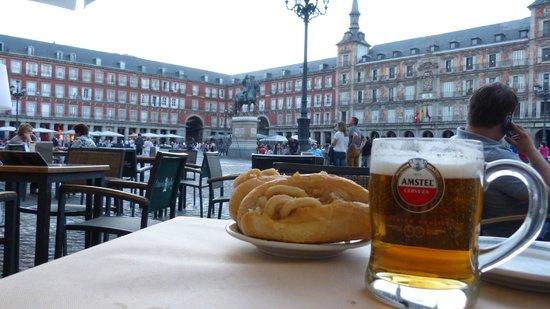 Cerveceria Plaza Mayor : bocadillo di calamari con lo sfondo di plaza mayor