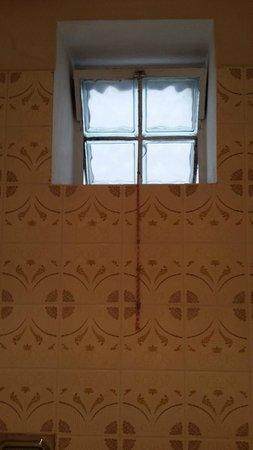 Kaiserhof: Das Fenster im Bad ist zu regulieren nur mit Strick