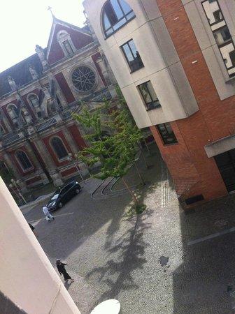 Hotel Rouen Saint Sever: Une jolie vue depuis la chambre sur l'Eglise St Sever