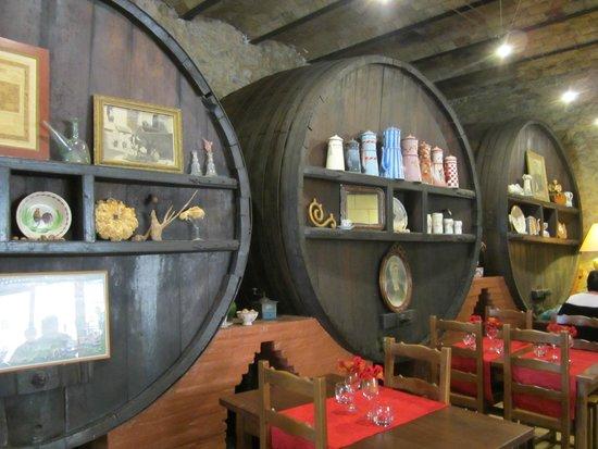 Grote wijnvaten als decoratie photo de restaurant l