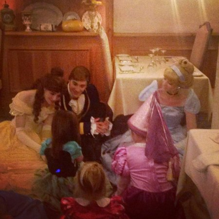 Auberge De Cendrillon: My little lady singing to Beauty and beast