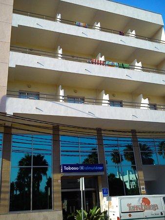 Hotel Toboso Almuñecar: Parte frontal, vistas al mar (lejos).