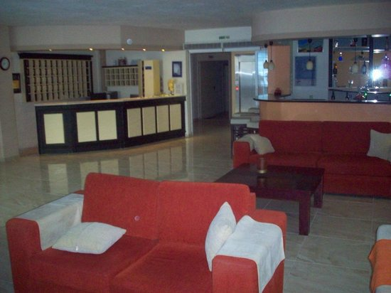 Tropical Hotel: Lobby