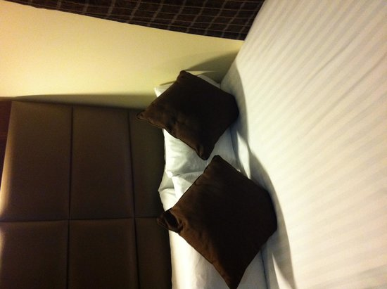 Mercure London Paddington Hotel : Smallest queen bed ever