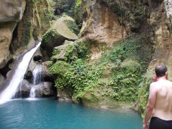 Bassin Bleu : Waterfall into the top pool