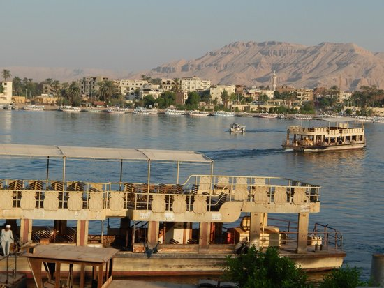 Pavillon Winter Luxor: the nile is just over the road at the front of the palace