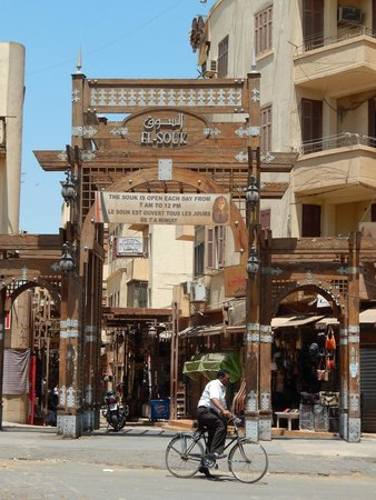 Pavillon Winter Luxor: the souk, only 4 min walk from hotel, say la shukran to street sellers and get in here