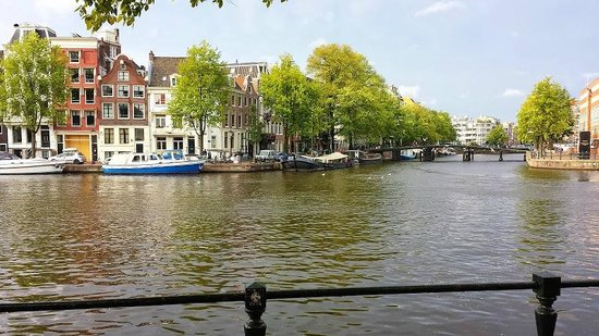 Hampshire Hotel - Eden Amsterdam : View from the hotel entrance