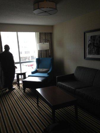 Wyndham Boston Beacon Hill: sitting area of junior suite