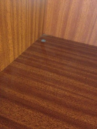 The Butlers Hotel : Layer of dust in wardrobe